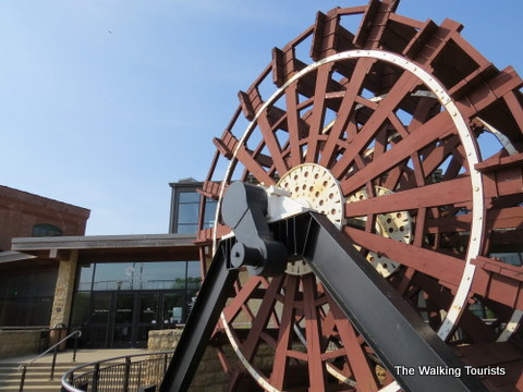 Paddleboat wheel in front of Riverfront Museum and Aquarium